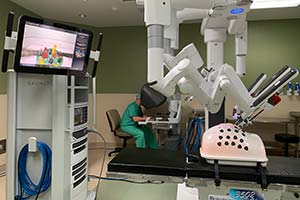 surgeon trying out da vinci robot